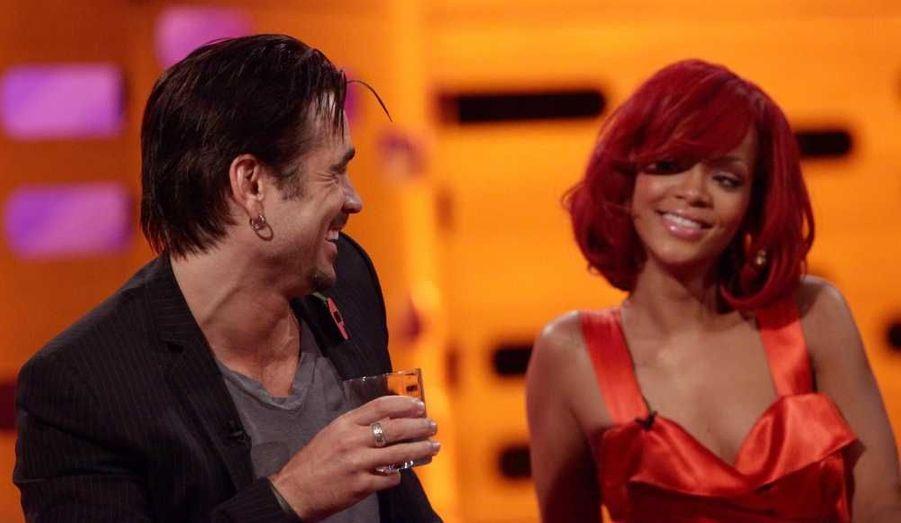 """Au mois de février, le blog de Perez Hilton croyait savoir que Rihanna aurait échangé des SMS coquins (ou """"sextos"""") avec Colin Farrell. Depuis, les rumeurs persistent sur une éventuelle idylle entre les deux stars qui se sont rencontrées avant Noël lors d'une interview. La chanteuse de 23 ans et l'acteur de 34 ans auraient notamment été aperçu dans un restaurant de Los Angeles, mercredi soir, révèle le site People.com. Mais une source a assuré qu'ils n'y étaient pas ensemble. """"Ils ne sortent pas ensemble, a-t-elle affirmé. Le fait qu'ils se soient retrouvés tous les deux à Giorgio Baldi au même moment est une pure coïncidence"""". Drôle de coïncidence en effet."""