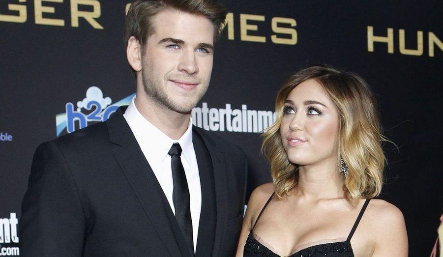 Miley Cyrus et son petit ami Liam Hemsworth posent ensemble à l'avant-première de «Hunger Games» au Nokia Theatre de Los Angeles.