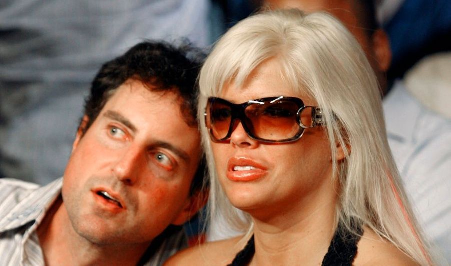 L'ancien avocat et petit ami d'Anna Nicole Smith, Howard Stern, a été mis en examen hier, ainsi que deux médecins, pour conspiration et prescriptions de médicaments frauduleuses. Concrètement, Sandeep Kapoor, le médecin généraliste de l'ex-playmate, et Khristine Eroshevich, sa psychiatre, auraient prescrit des opiacés et sédatifs sans motif médical légitime à Howard Stern de juillet 2004 à janvier 2007, médicaments qu'il fournissait ensuite à sa compagne. Un trafic qui aurait causé la perte de la blonde médiatique, décédée en février 2007 à l'âge de 39 ans, d'une overdose médicamenteuse.