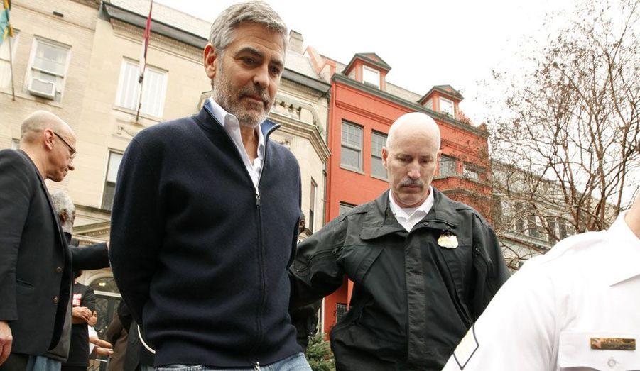 Alors qu'il manifestait devant l'ambassade du Soudan à Washington, George Clooney a été arrêté par les autorités américaines.