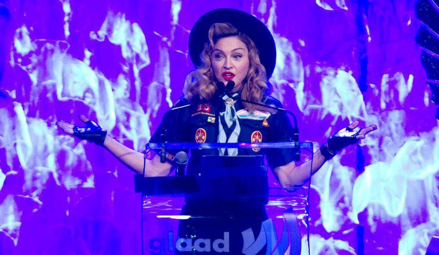La chanteuse Madonna remet le prix Vito Russo au journaliste Anderson Cooper lors de la 24e édition des GLAAD média awards(Gay and Lesbian Alliance Against Defamation's Media Awards) à New York.L'alliance Gay et Lesbienne contre la diffamation célèbre chaque année les images les plus positives de la communauté véhiculées dans les médias.