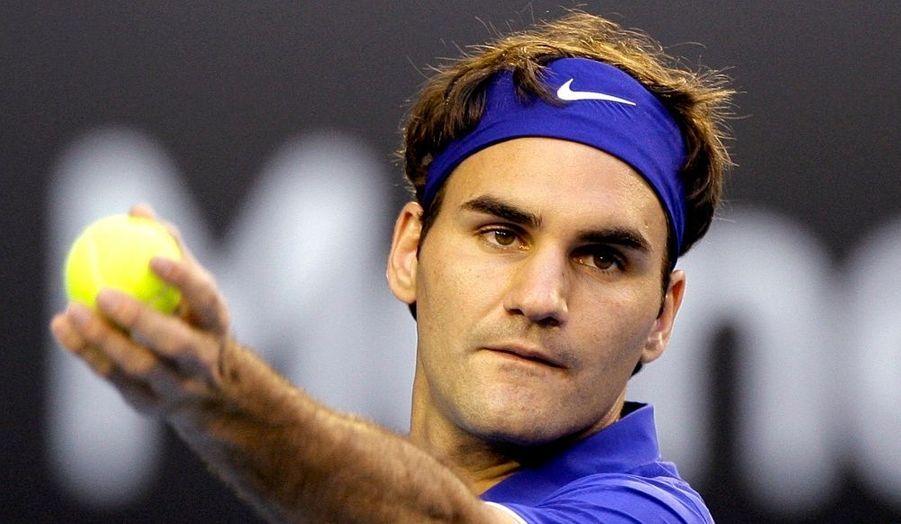 """Il n'y a pas que le tennis dans la vie. Même pour un ancien numéro un mondial. Roger Federer, 27 ans, a annoncé un heureux événement : sa compagne, Miroslava 'Mirka' Vavrinec, est enceinte de leur premier enfant. """"J'ai une importante nouvelle à vous faire partager : Mirka et moi sommes excités de vous annoncer que nous allons devenir parents cet été !"""", a-t-il déclaré sur son site internet. """"Mirka est enceinte et nous sommes heureux de fonder une famille ensemble. Un rêve se réalise pour nous. Nous adorons les enfants et nous sommes impatients d'être parents pour la première fois. Mirka est en forme et tout se passe bien."""" Mirka Vavrinec, 30 ans, une ancienne joueuse professionnelle d'origine slovaque, en couple avec le champion depuis l'an 2000."""