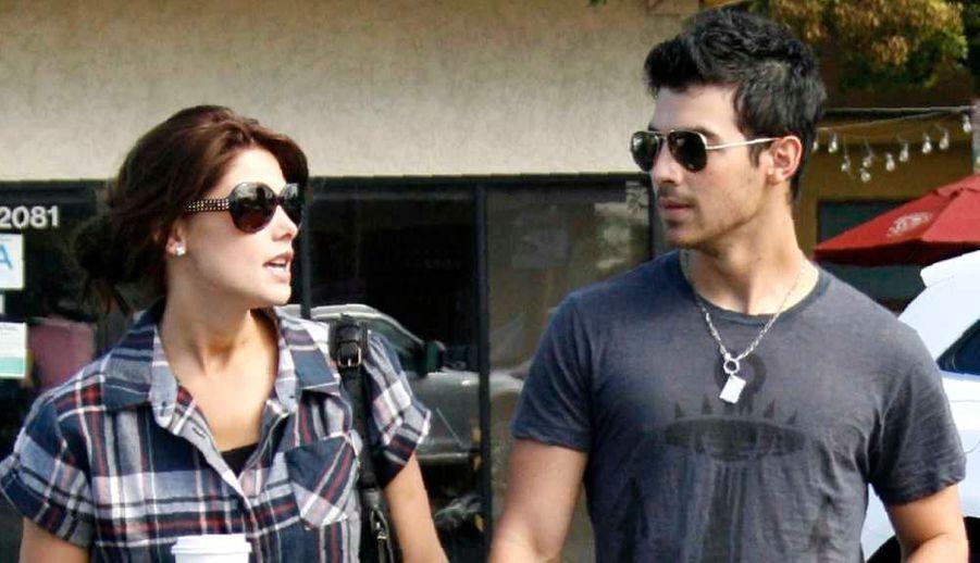 """Joe Jonas et Ashley Greene auraient rompu, selon la célèbre Page Six du New York Post. La séparation s'est faite """"mutuellement et à l'amiable"""", a précisé une source, qui précise que ce sont les emplois du temps respectivement chargés des deux tourtereaux qui ont eu raison de leur idylle, qui avait débuté l'été dernier. Ashley Greene, qui a connu la célébrité grâce à Twilight, est actuellement en plein tournage de le troisième volet de la saga et a deux autres films prévus cette année. Joe Jonas, des Jonas Brothers, doit quant à lui sortir son premier album solo cet été. La rupture serait intervenue il y a déjà plusieurs semaines."""