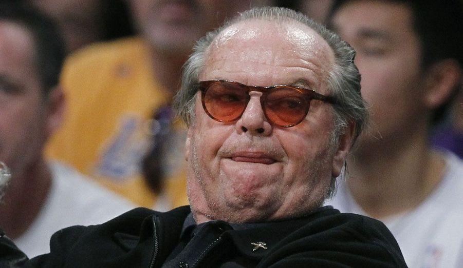 Le comédien Jack Nicholson, captivé par un match de son équipe de basket favorite, les Los Angeles Lakers, qui affrontaient dimanche soir les Boston Celtics.