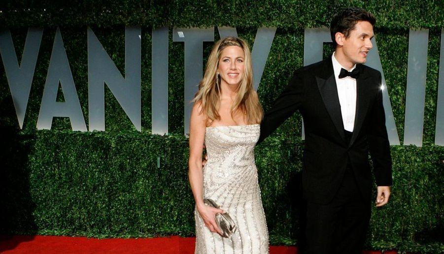 """Tandis que l'on disait le chanteur John Mayer, 31 ans en passe de mettre 2 millions de dollars sur la table pour offrir la bague de ses rêves à Jennifer Aniston, 40 ans, les deux tourtereaux se sont… séparés. A nouveau séparés plus exactement, puisque le couple n'en était pas à son premier essai. Ils avaient déjà eu un """"coup de foudre"""" pendant l'été 2007, mais avaient ensuite rompu expliquant en être """"à des moments différents de leur existence"""". Ils avaient ensuite renoué en octobre 2008. Mais une source a confié au magazine People qu'""""ils ont eu des désaccords et ont décidé d'arrêter de se voir."""" """"Jen a repris sa vie d'avant (…). Elle semble heureuse"""", a-t-elle ajouté. L'actrice est actuellement en pleine tournée promotionnelle en Europe pour son film """"Marley et moi"""", et ne cesse de clamer son bonheur. Cette distance géographique n'a en tout cas pas dû faciliter leur relation."""
