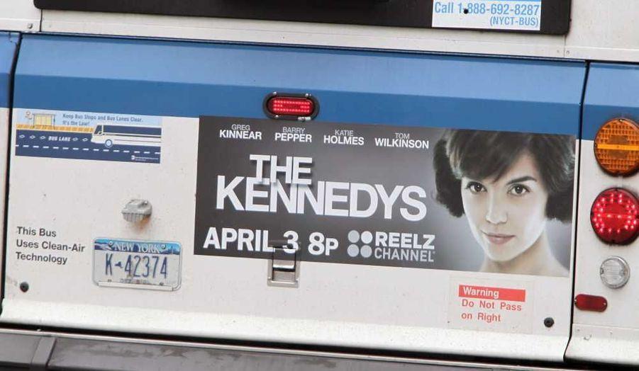 Une publicité apparaît sur un bus new yorkais, pour la série The Kennedys, dans laquelle Katie Holmes incarne Jackie Kennedy. La série conte l'histoire de la glorieuse famille, jusqu'en 1963, date de l'assassinat du président Kennedy à Dallas.