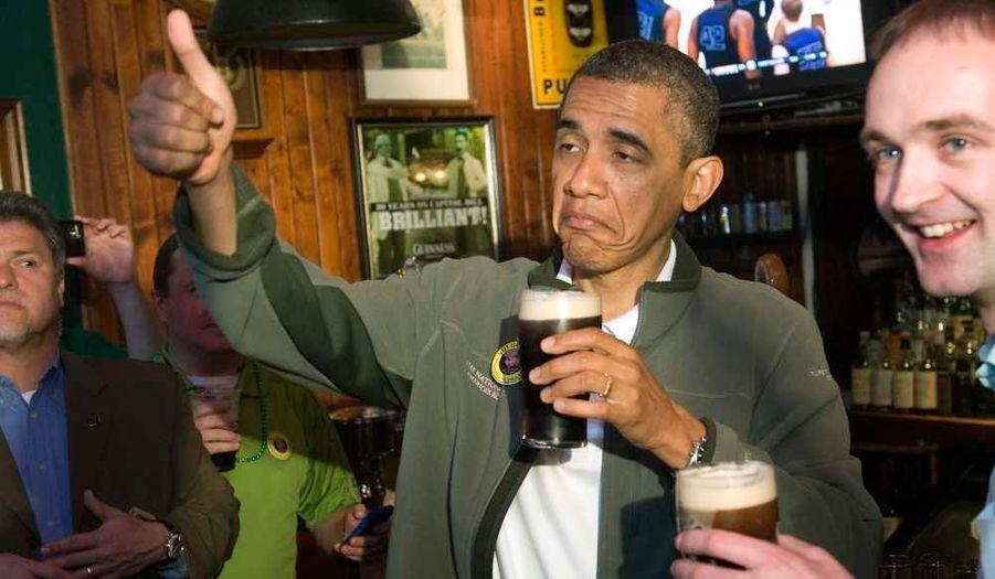 Le président américain Barack Obama a célébré la St Patrick avec une pinte de Guinness dans le pub irlandais The Dubliner à Washington.