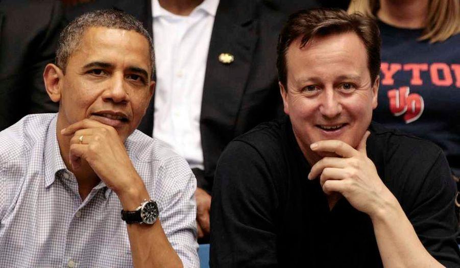 """Le Premier ministre britannique David Cameron est arrivé mardi à Washington pour une visite de trois jours visant notamment à apporter son soutien au président américain Barack Obama sur les dossiers brûlants de l'Afghanistan et de l'Iran. Pour marquer ce que les Etats-Unis qualifient de """"relation spéciale"""" entre les deux alliés, David Cameron recevra le très rare honneur pour un dirigeant étranger de voyager à bord de l'avion présidentiel, Air Force One, pour aller assister à un match de basketball dans l'Ohio."""