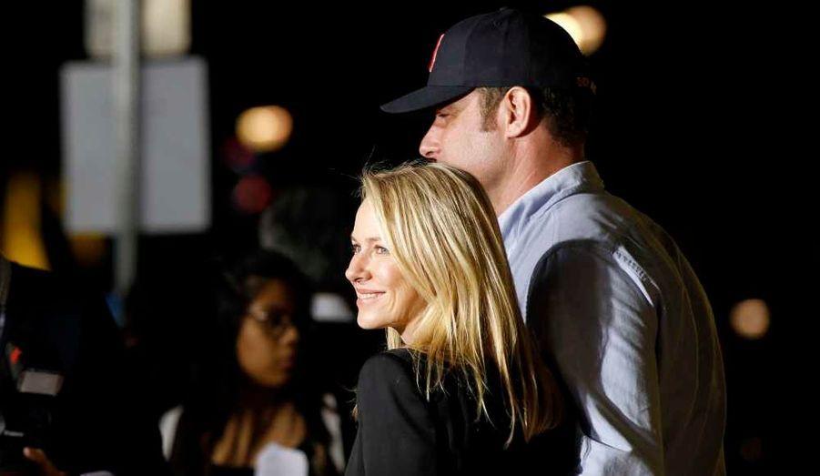 Naomi Watts et son compagnon l'acteur Liev Schreiber, à la première du film de sciences-fiction Paul, au Grauman's Chinese theatre d'Hollywood.