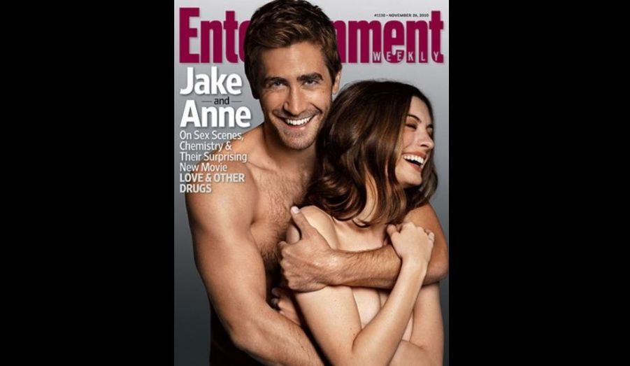 """Pour promouvoir la comédie """"Love and Other Drugs"""" –dans laquelle ils ont dû tourner des scènes torrides-, Jake Gyllenhaal et Anne Hathaway ont accepté de poser nu. Les deux stars ont ainsi été photographiées dans le plus simple appareil pour faire la couverture d'""""Entrainement Weekly"""", magazine américain spécialisé dans le cinéma. Le mois dernier, l'actrice confiait pourtant avoir été très mal à l'aise durant le tournage: """"Du début à la fin, j'étais un vrai paquet de nerfs. Je crois que je pleurais tous les jours. J'ai dû me fier davantage aux autres qu'à l'habitude. Je me débrouille généralement toute seule mais là, j'étais totalement perdue."""""""