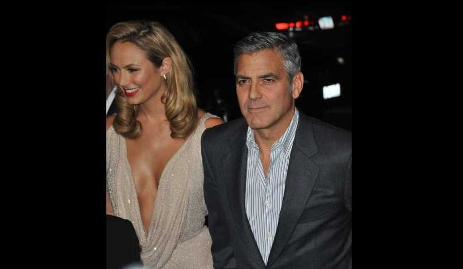 "George Clooney et Stacy Keibler à la première de ""The Descendants"", au Samuel Goldwyn Theatre à Beverly Hills."