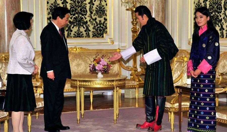 Le roi du Bhoutan Jigme Khesar Namgyel Wangchuck et la reine Jetsun Pema rencontrent le Premier ministre japonais et son épouse, à Tokyo. Le couple royal est en visite au Japon jusqu'à la fin de la semaine.