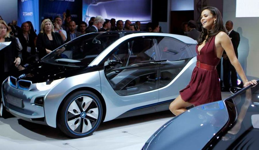 "La divine Paula Patton (""Mission: Impossible - Ghost Protocol"") présente la dernière BMW i3 au salon de Los Angeles."