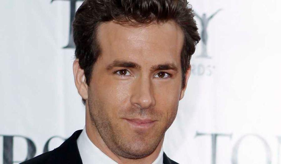 """L'acteur canadien Ryan Reynolds, 34 ans, a été élevé au rang d'homme le plus sexy du monde mercredi par le magazine américain People . L'acteur est marié depuis 2008 à Scarlett Johansson, elle aussi élue """"femme la plus sexy au monde"""" par le magazine Esquire en 2006."""