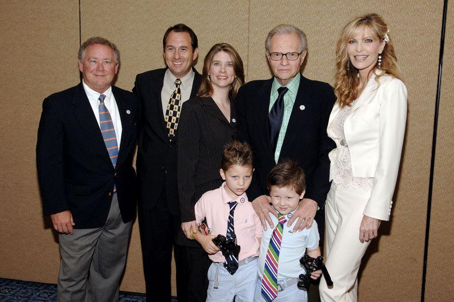 Larry et Shawn King avec leurs enfants Chance et Cannon et les trois enfants aînés de l'animateur : de gauche à droite Andy, Larry Jr. et Chaia. Ici en 2005. Andy et Chaia sont morts à quelques semaines d'intervalle en 2020.