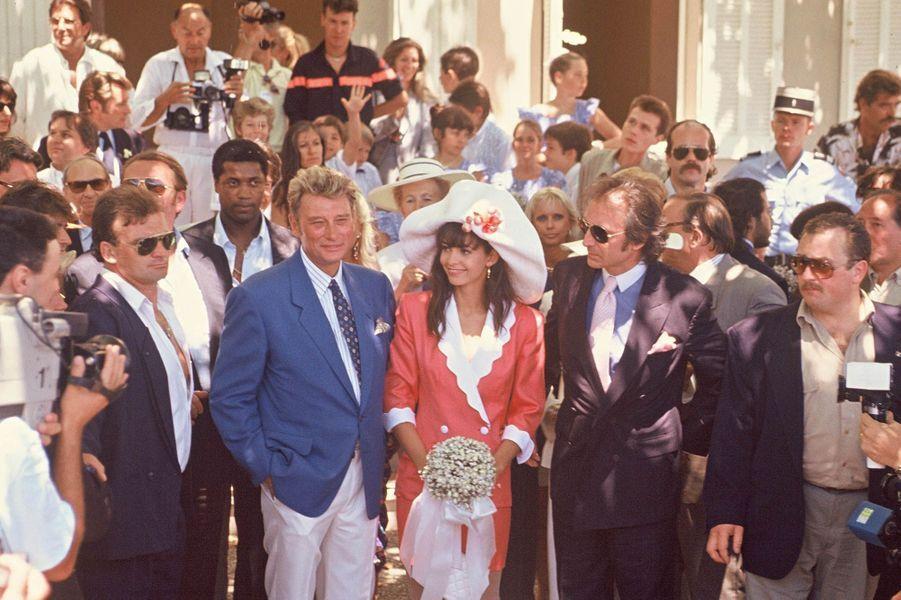 Johnny Hallyday le jour de son mariage avec Adeline Blondieau, avec à ses côtés son père Long Chris. 1990.