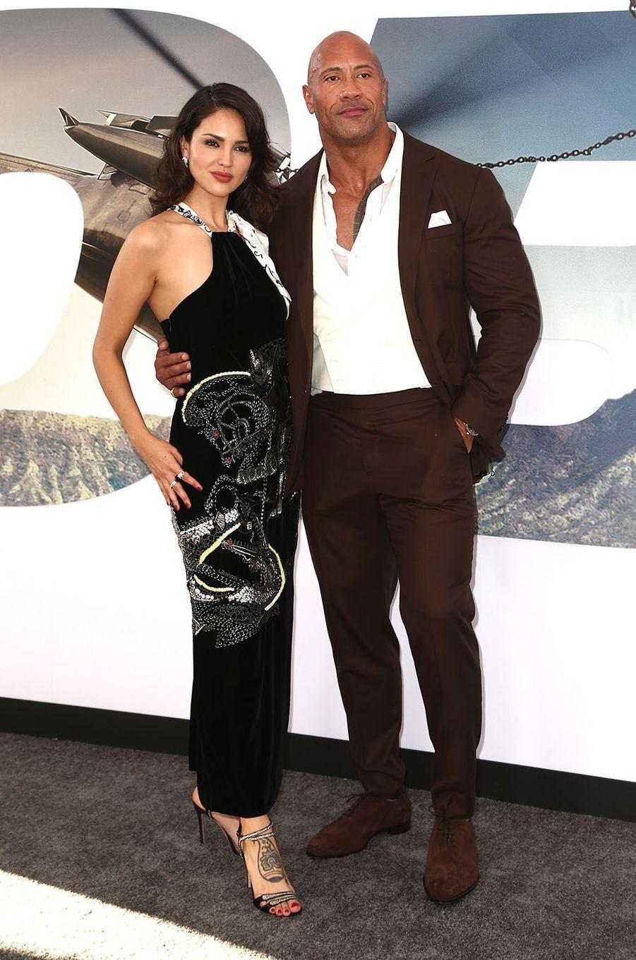 """Eiza Gonzalez avec Dwayne Johnson à la première du film """"Hobbs & Shaw"""" à Los Angeles en juillet 2019"""