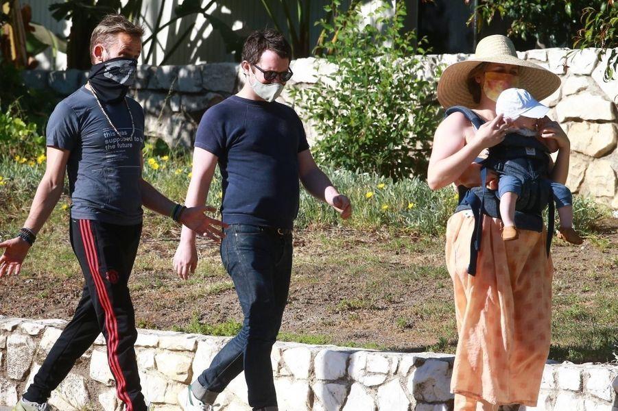 Elijah Wood se promène à Los Angeles avec son fils, sa compagneMette-Marie Kongsved et son amiDominic Monaghan, le 16 mai 2020