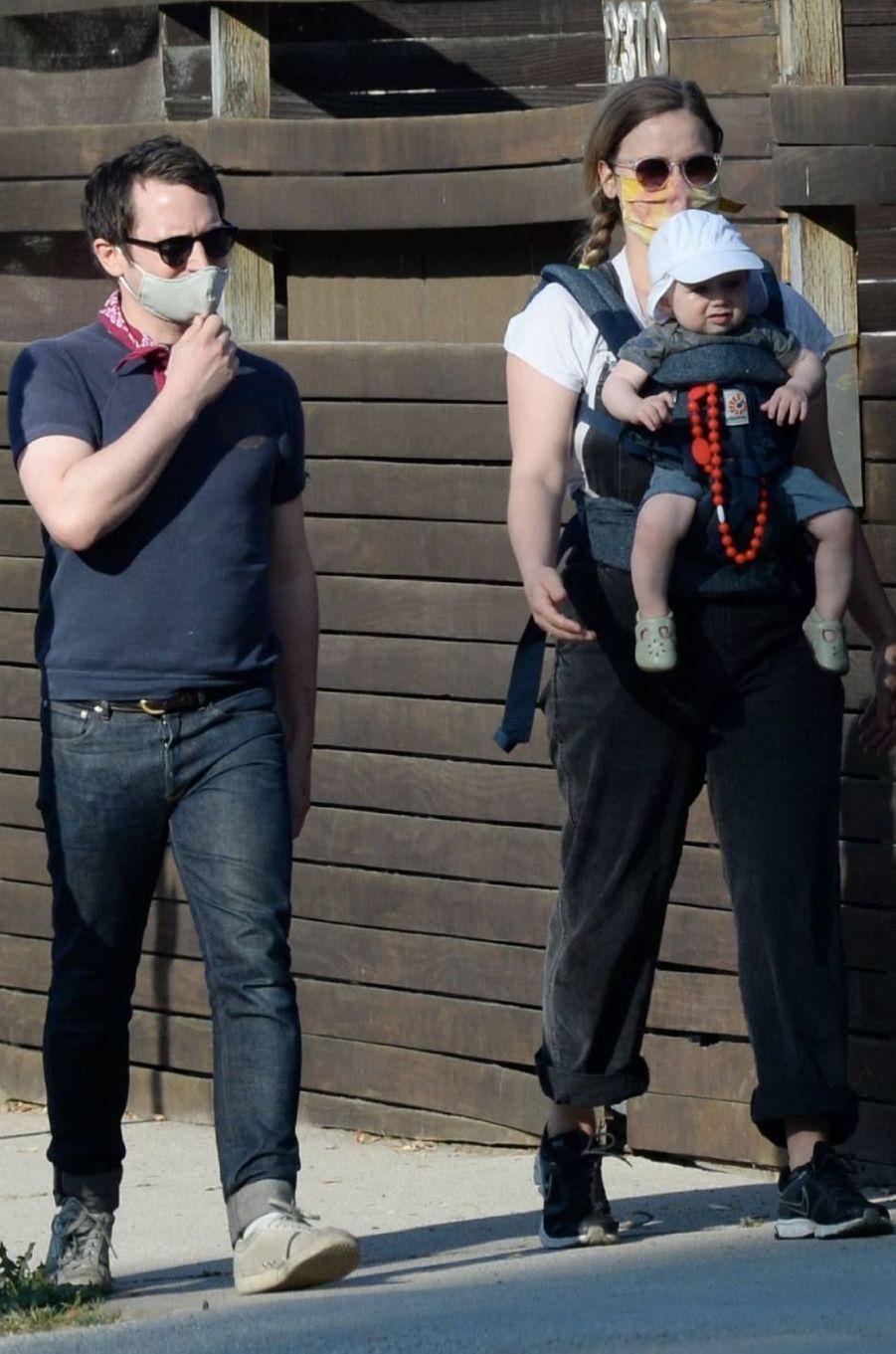 Elijah Wood se promène à Los Angeles avec son fils et compagneMette-Marie Kongsved le 30 mai 2020