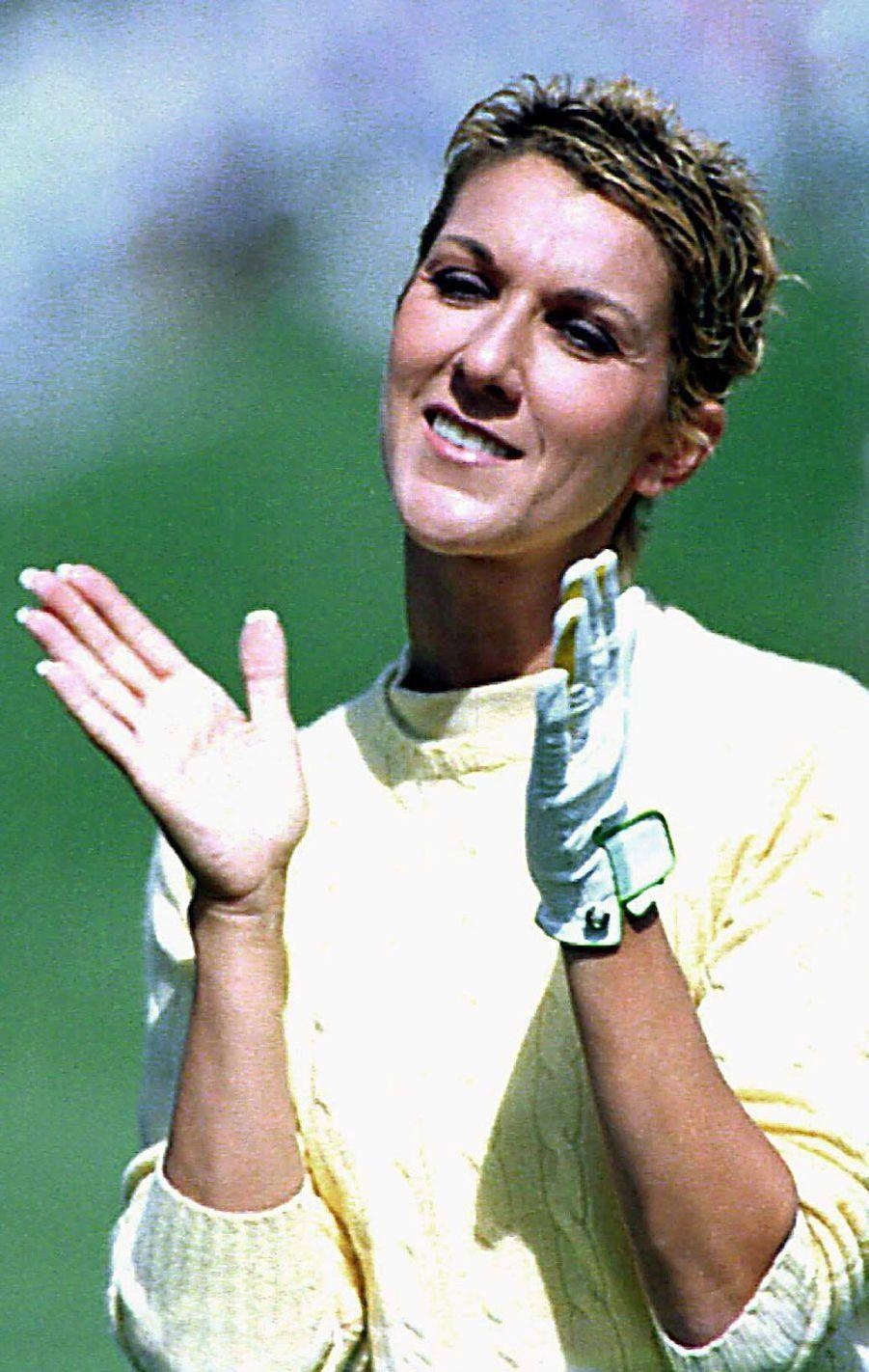 Céline Dion joue au golf.