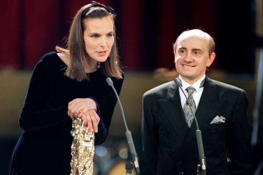 Michel Blanc remet le César de la meilleure actrice à Carole Bouquet le 04 mars 1990