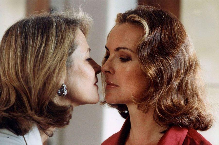 """Carole Bouquet et Charlotte Rampling dans """"Embrassez qui vous voudrez"""" en 2002"""
