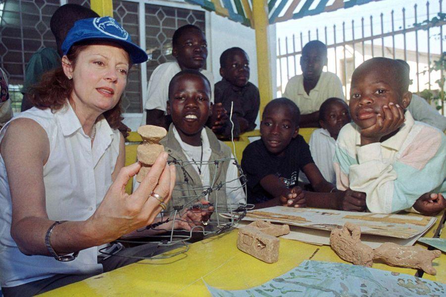 Susan Sarandon, ambassadrice de l'UNICEF en Tanzanie, 2000.