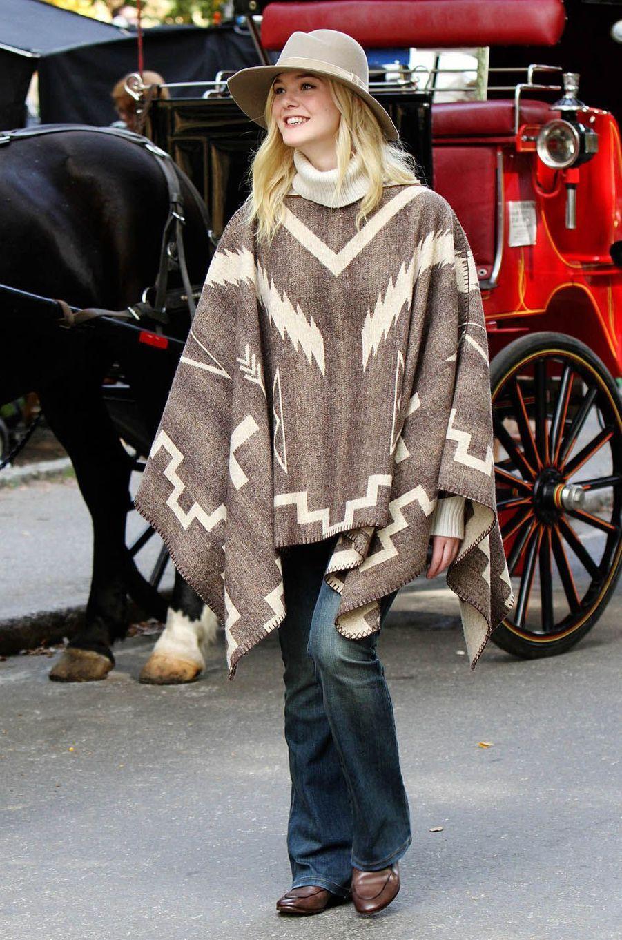 Elle Fanningsur le tournage du nouveau film de Woody Allen, à New York le 26 septembre 2017.