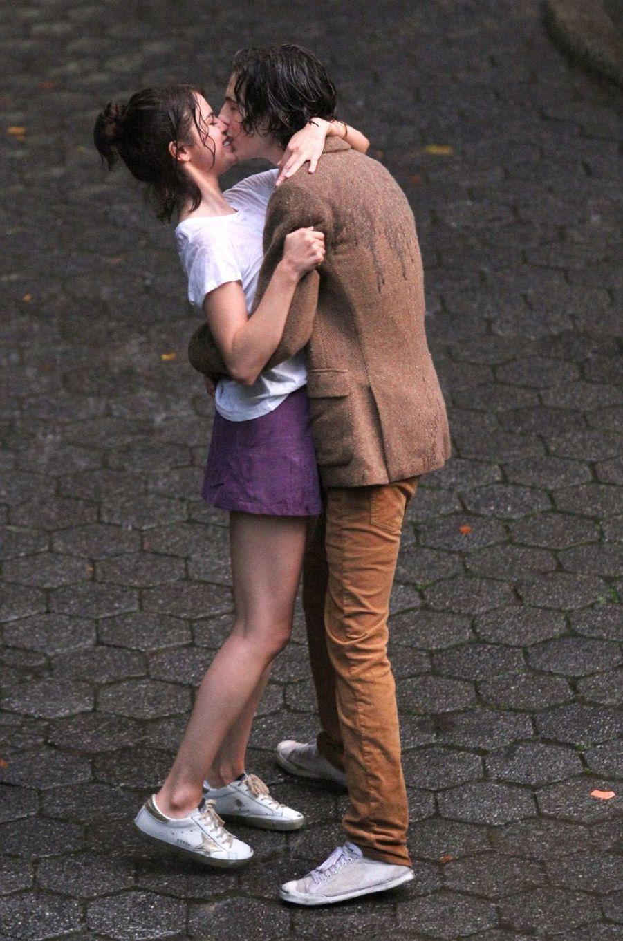 Selena Gomez et Timothée Chalametsur le tournage du nouveau film de Woody Allen, à New York le 26 septembre 2017.