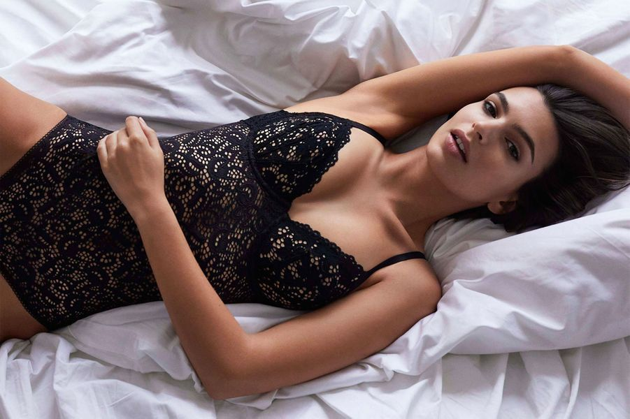 Emily Ratajkowski pose pour DKNY