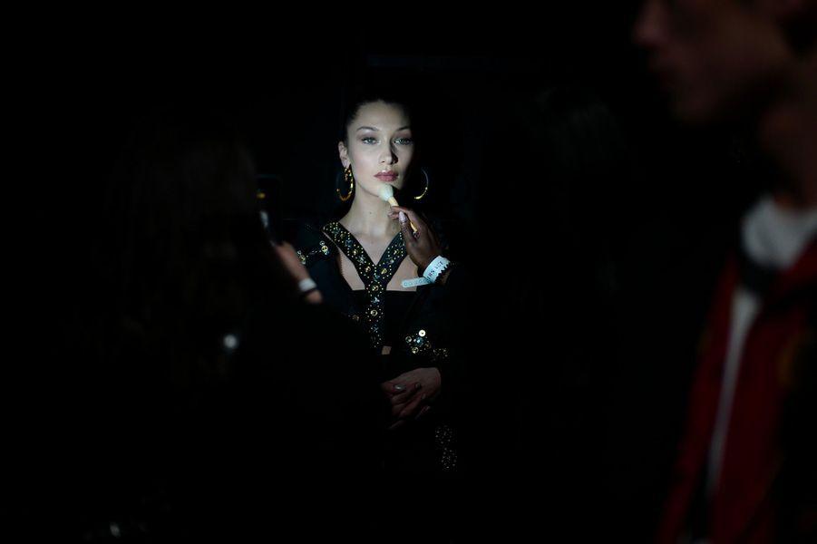 Bella Hadid dans les coulisses du défilé Versace à Milan, samedi 12 janvier