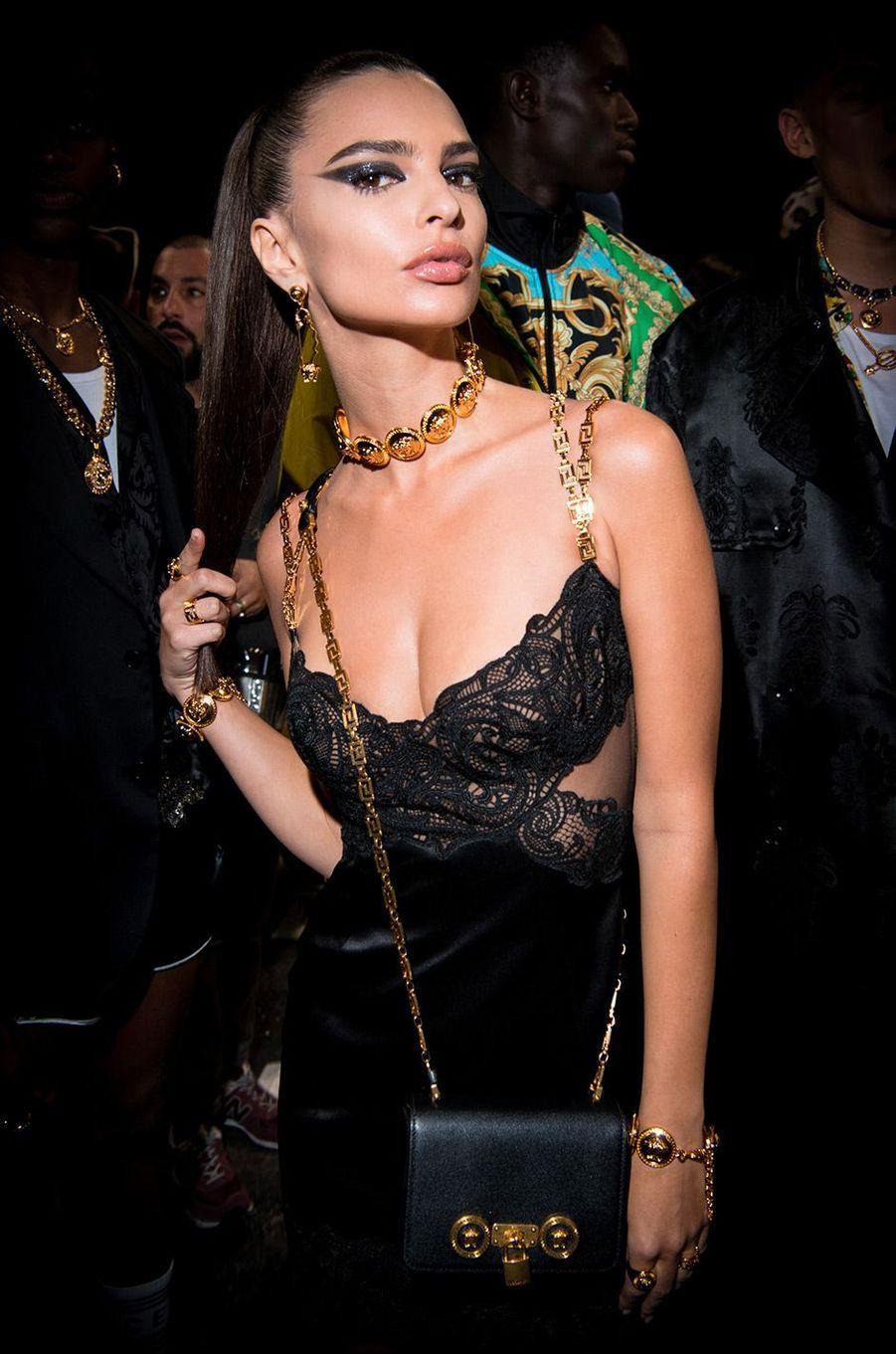 Emily Ratajkowski dans les coulisses du défilé Versace à Milan, samedi 12 janvier
