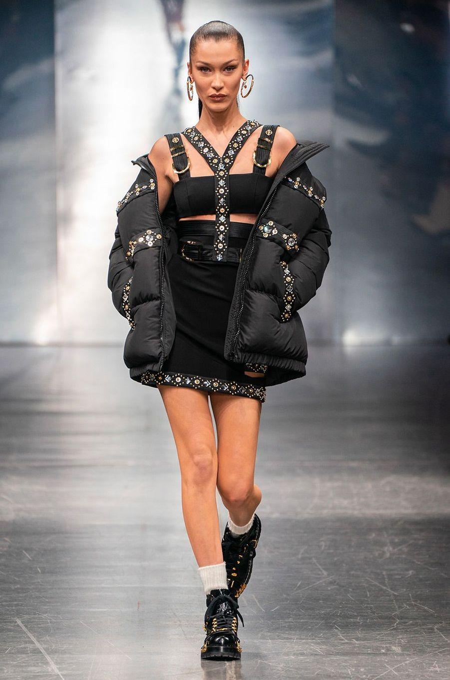 Bella Hadid au défilé Versace à Milan, samedi 12 janvier