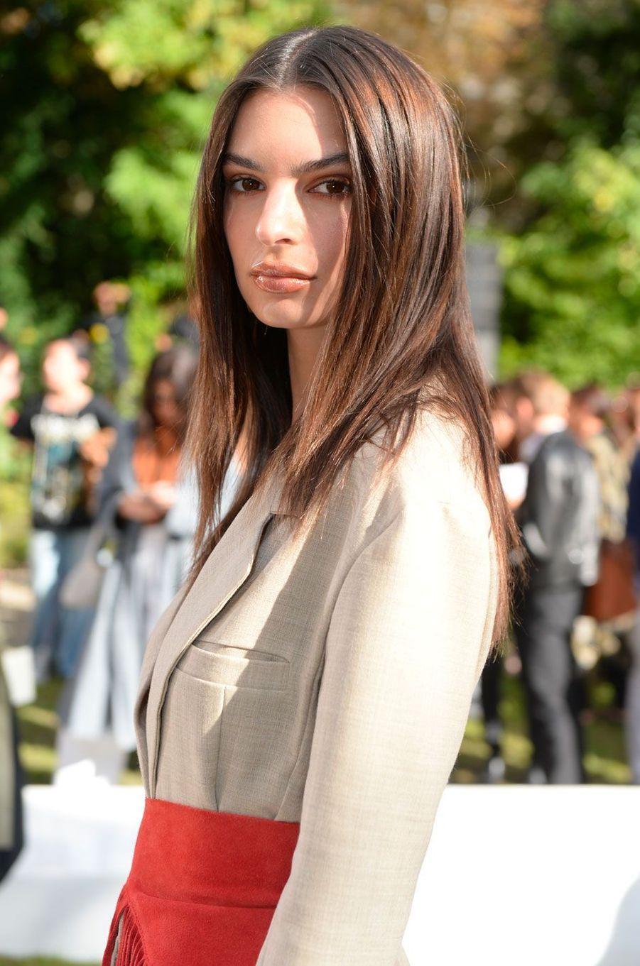 Emily Ratajkowski au défilé Jacquemus le 24 septembre à Paris