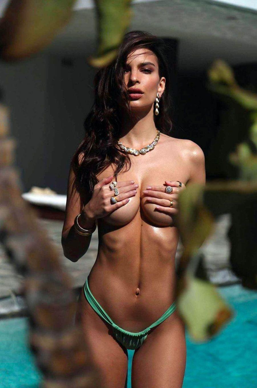 Emily Ratajkowski pose pour sa marque Inamorata