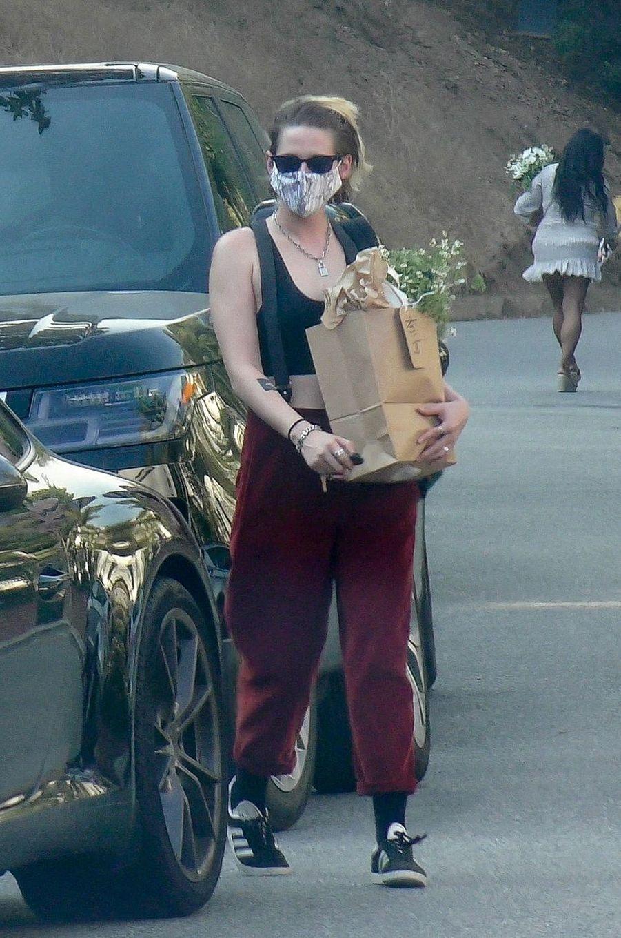 Kristen Stewartse rend à la baby shower d'Emma Roberts à Los Angeles le 3 octobre 2020