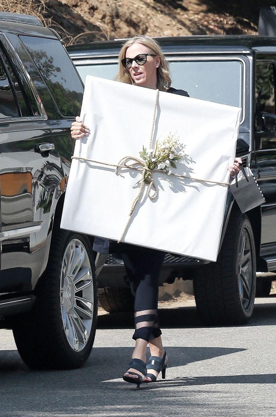 Une invitée transporte un cadeau pour la baby shower d'Emma Roberts à Los Angeles le 3 octobre 2020