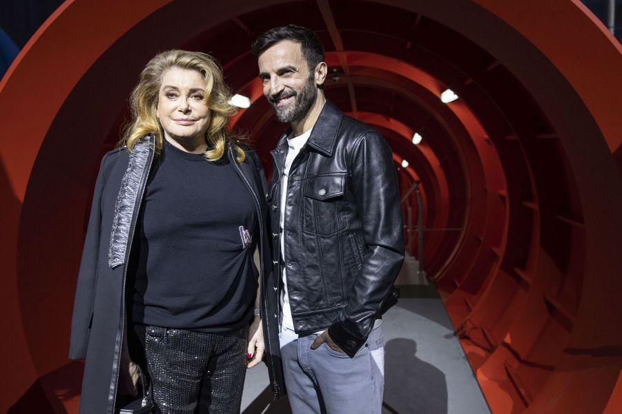 Catherine Deneuve etNicolas Ghesquièreau défilé Louis Vuitton à Paris, le 5 mars 2019