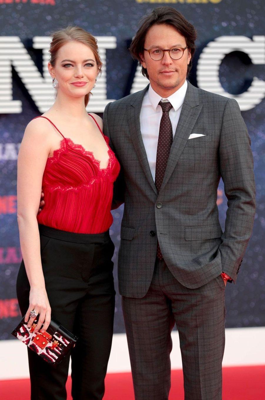 """Emma Stone et Cary Fukunaga à la première de """"Maniac"""", à Londres le 13 septembre 2018"""