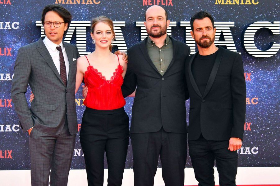 """Emma Stone avec Justin Theroux, Patrick Somerville et Cary Fukunaga. à la première de """"Maniac"""", à Londres le 13 septembre 2018"""