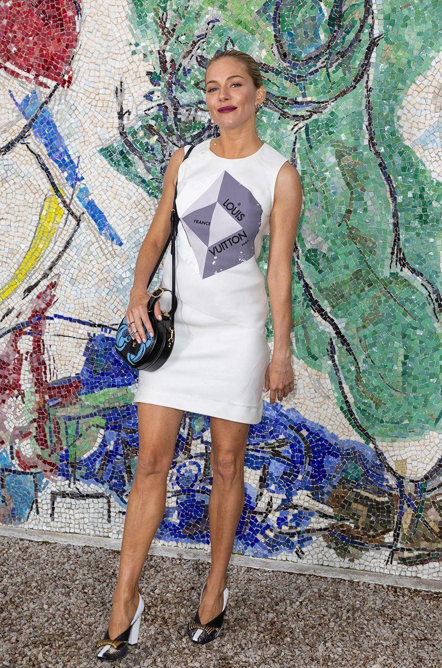 Sienna Miller au défilé Louis Vuitton à la fondation Maeght lundi 28 mai