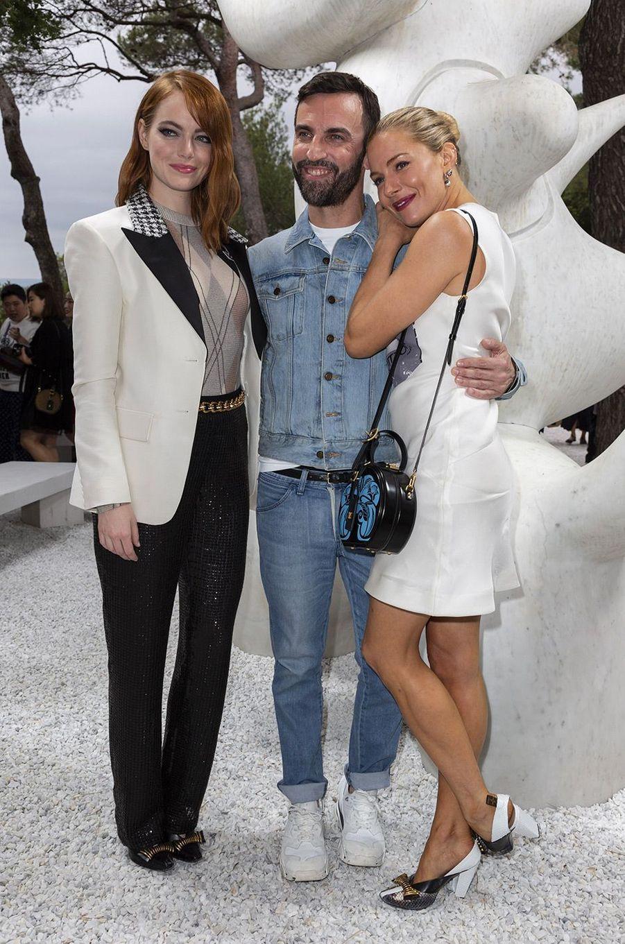 Emma Stone, Nicolas Ghesquière et Léa Seydoux au défilé Louis Vuitton à la fondation Maeght lundi 28 mai