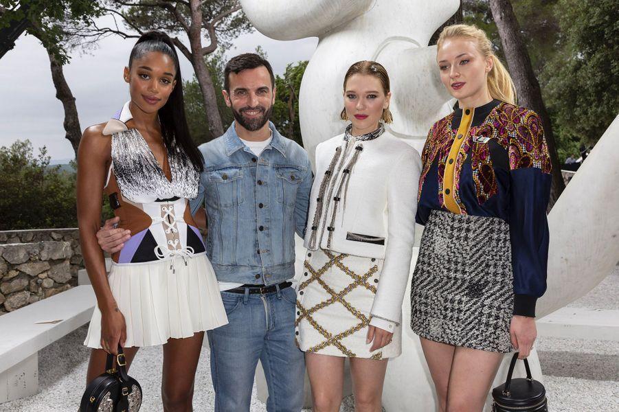 Laura Harrier, Nicolas Ghesquière, Léa Seydoux et Sophie Turner au défilé Louis Vuitton à la fondation Maeght lundi 28 mai