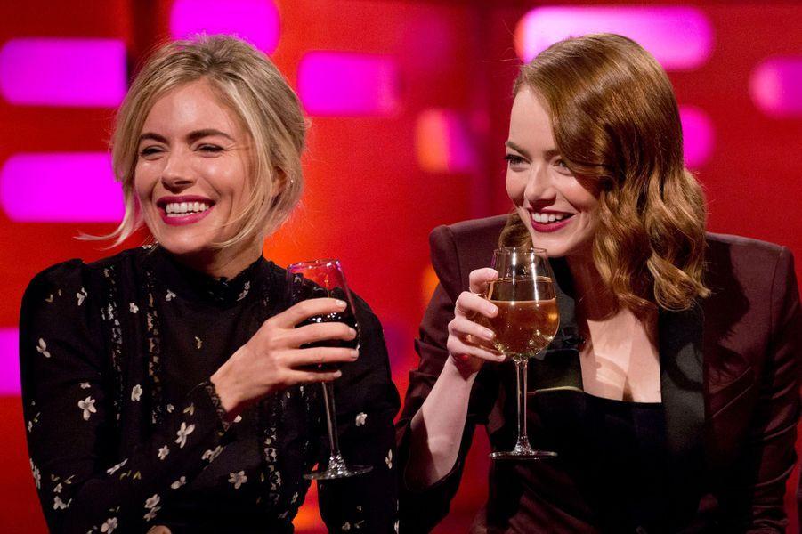 """Sienna Miller et Emma Stone lors de l'avant-première de """"La La Land"""" à Londres."""