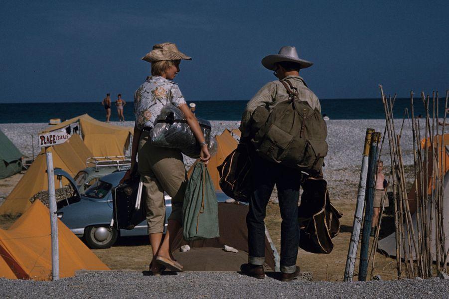 Côte d'Azur, 1958 : un jeune couple de touristes, chapeaux vissés sur la tête.