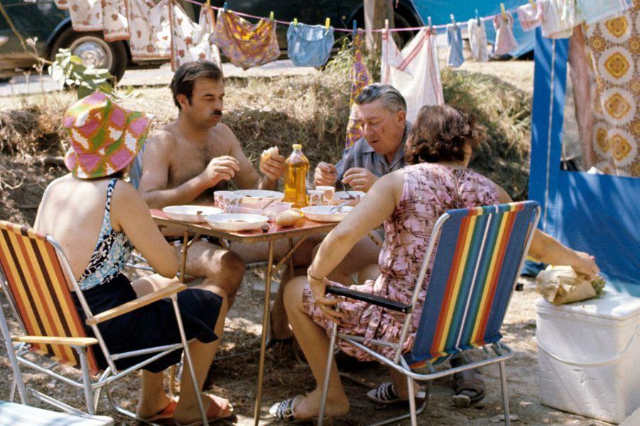 Alpes-Maritimes, 1973 : un déjeuner en famille bien mérité.