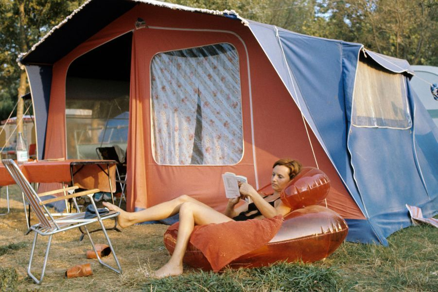 Alpes-Maritimes, 1973 : rien de mieux qu'une séance de lecture sur un matelas gonflable au coeur de l'été.