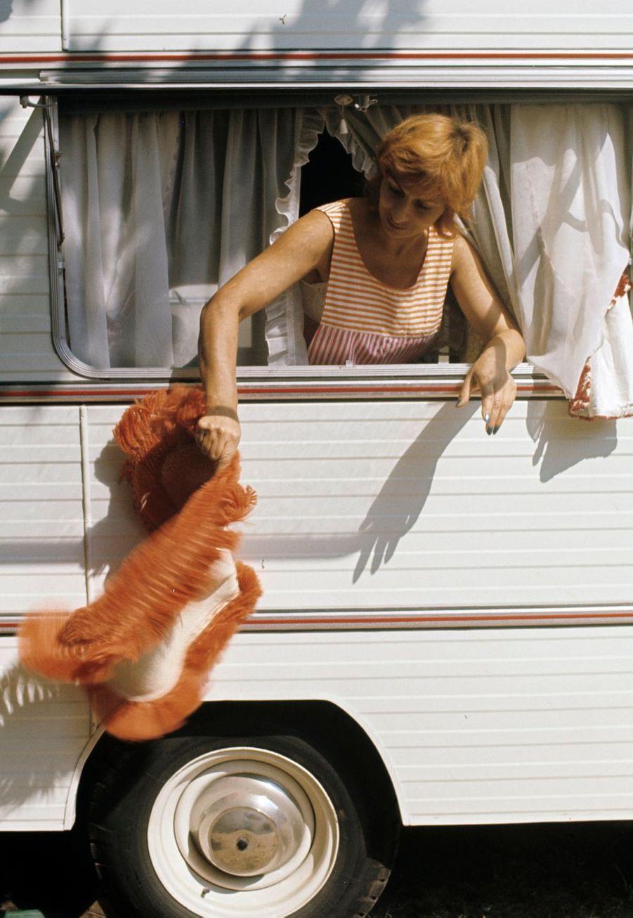 Alpes-Maritimes, 1973 : hasard ou coïncidence, c'est une femme qui secoue le tapis de la caravane...
