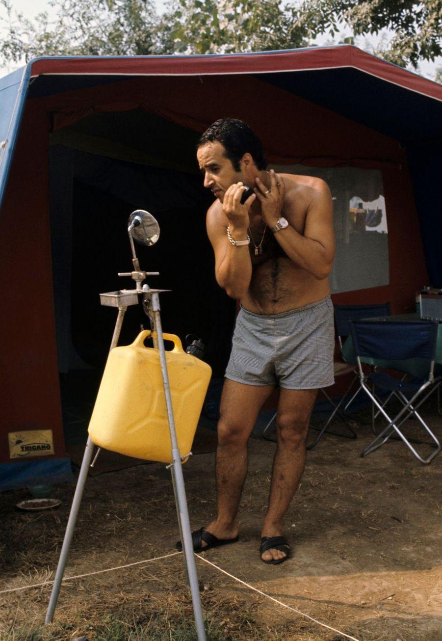 Alpes-Maritimes, 1973 : un jerricane d'eau, un petit miroir... des ustensiles bien utiles pour se raser sous la tente.