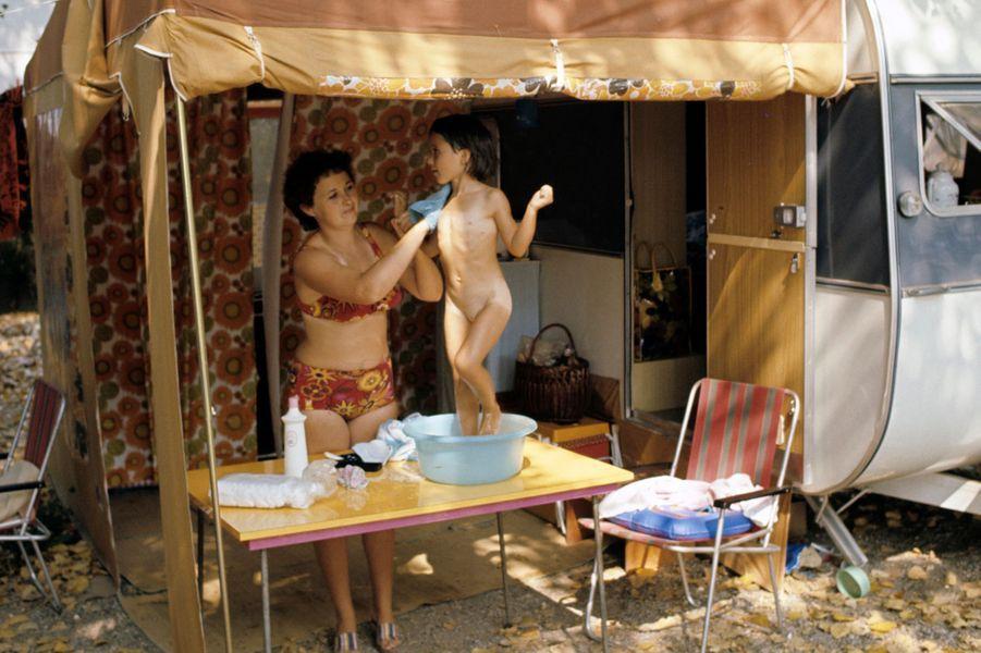 Alpes-Maritimes, 1973 : une toilette de chat pour bien aborder la journée qui commence.